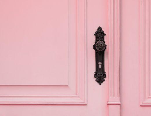 Visuel pour illustrer l'article louer son bien immobilier quand on part à l'étranger représentant une porte d'entrée rose