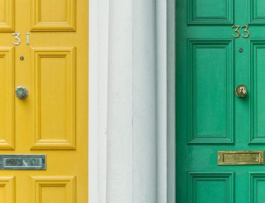 Visuel pour illustrer l'article Vendre son bien en France avant de partir à l'étranger représentant deux portes jaune et vert